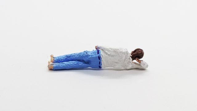 横たわる人