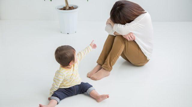 泣いてる母と赤ちゃん