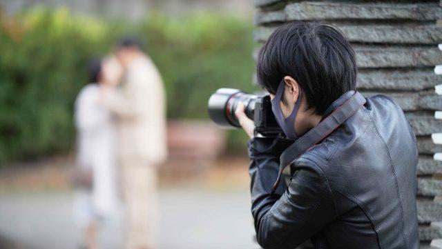 不倫現場の写真を撮る男性